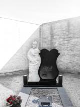 Monument funerar catolic si ortodox -Fecioarei Maria cu pruncul granit negru